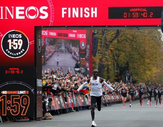 Eliud Kipchoge  fa la storia! È il primo uomo a scendere sotto le 2 ore nella maratona