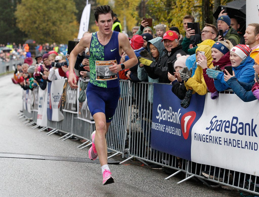 Jakob Ingebrigtsen batte il record europeo U20 dei 10 km. su strada