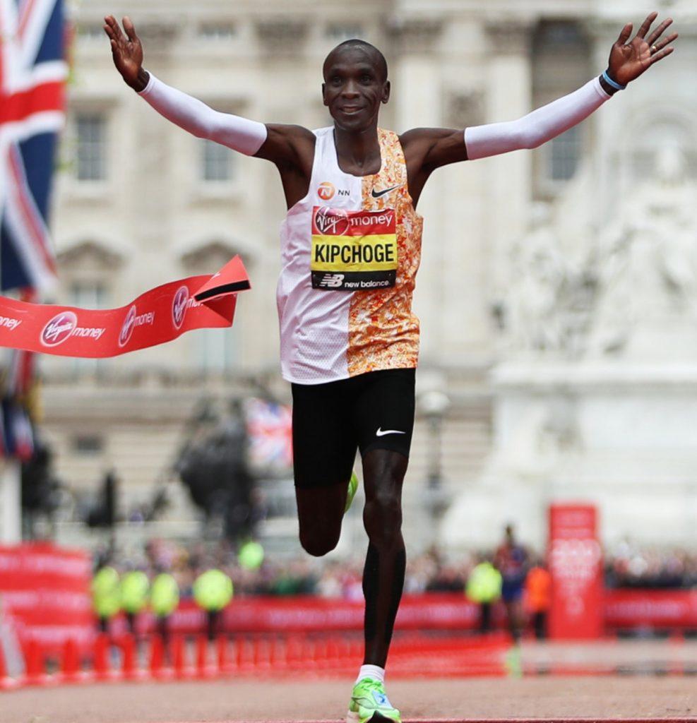 Eliud Kipchoge vince il quarto titolo della Abbott World Marathon Majors senza correre a Berlino
