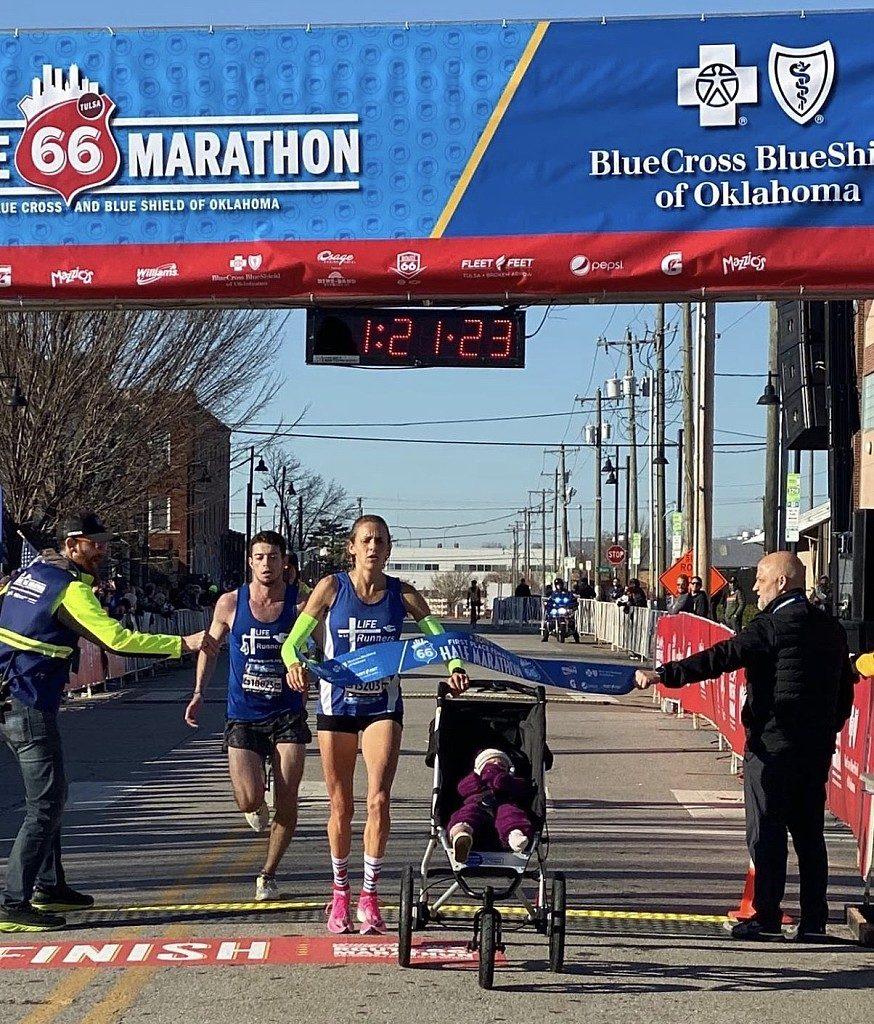 Julia Webb realizza il record mondiale per una mezza maratona spingendo un passeggino