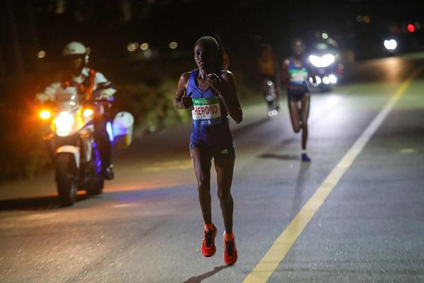 Cherono sfida il caldo per battere il record della corsa di Singapore