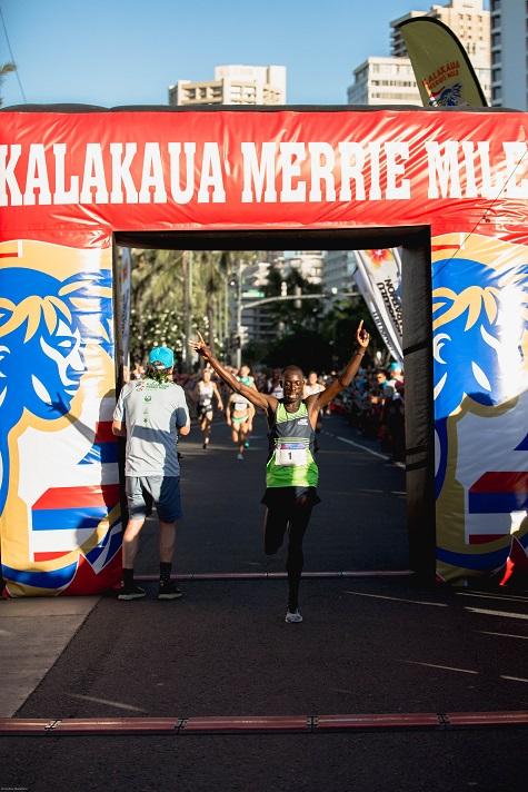 Spettacolare arrivo nel miglio Kalakaua delle Hawaii ad inseguimento tra uomini e donne