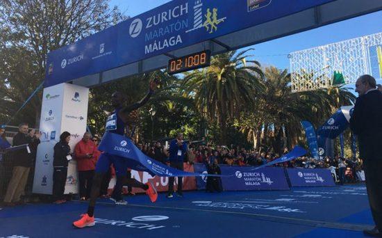 Martin-Cheruiyot-atravesando-la-meta-de-la-Zurich-Maratón-Málaga-2019-Comunicación-Zurich-Maratón-Málaga