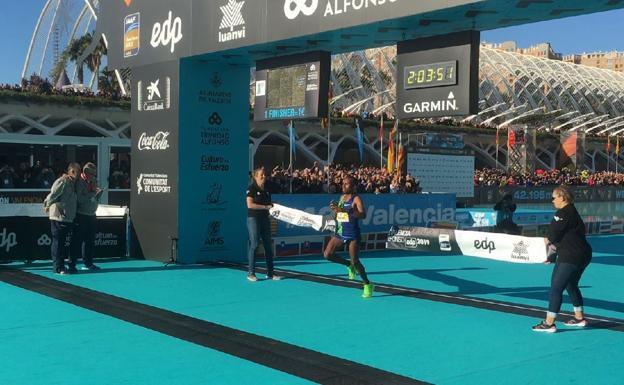 Distrutti i record della corsa della Maratona della Valencia da Kinde Atanaw Alayew e Roza Dereje, cancellato Mo Farah