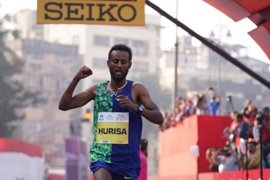 Alla faccia delle Vaporfly: etiope con scarpe prese in prestito,  corre in 2:08 e vince la maratona di Mumbai