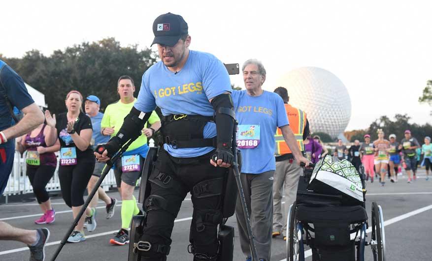 Runner paralizzato dalla vita in giù corre la maratona sulle sue gambe grazie ad una super tuta