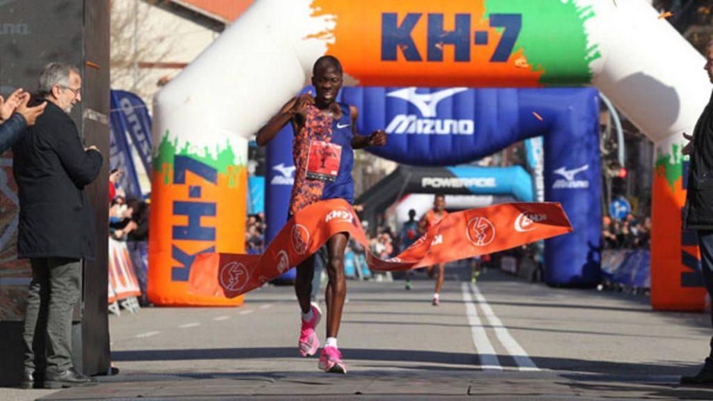 Dopo sei anni di dominio keniota, il sudafricano Stephen Mokoka vince la MEZZA MARATONA DI GRANOLLER
