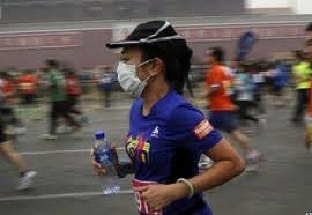 Runner cinesi costretti a correre in casa a causa della quarantena per il coronavirus