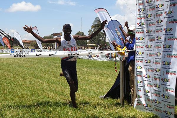 Che confusione durante i campionati cross in Kenya, i giudici mandano fuori percorso il favorito