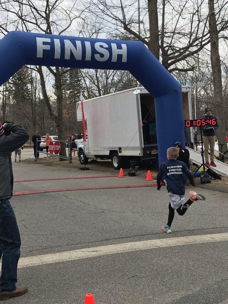 A 10 anni stabilisce il record mondiale di categoria correndo 1:05:48 sulle 10 miglia (16 km)