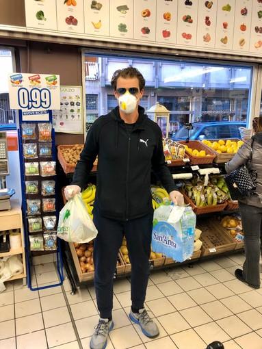 Ex atleta in prima linea per affrontare l'emergenza Coronavirus porta la spesa agli over 65