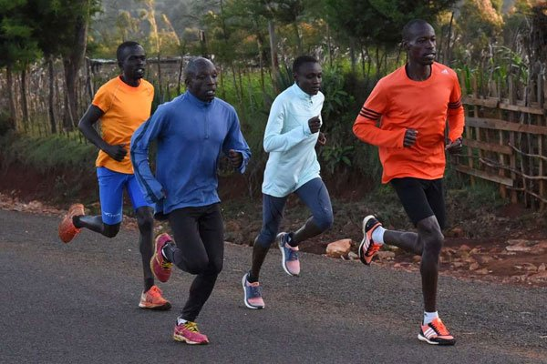 Arrestati 12 maratoneti keniani mentre si allenavano insieme incuranti del divieto