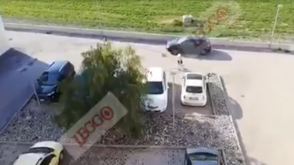 Runner rimproverato,  prende a martellate la macchina della vicina-Il video