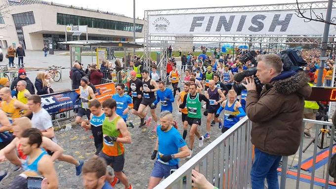Più di 2500 runner hanno corso la mezza maratona di Liverpool nonostante le preoccupazioni del coronavirus