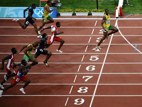 """Usain Bolt e la personalissima interpretazione del """"distanziamento sociale"""""""