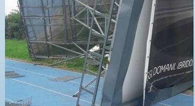 Paura al Campo di atletica 25 aprile di Milano, cade sulla pista un maxi cartellone pubblicitario