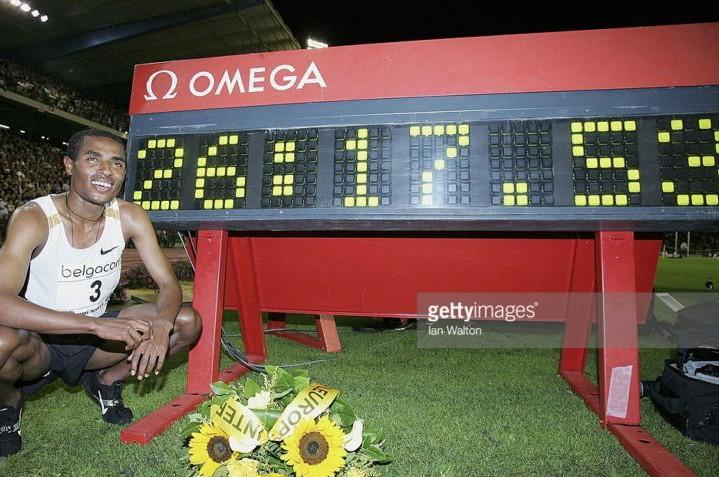 Rivediamo Kenenisa Bekele stabilire nel 2005,  il fantastico record del mondo dei 10.000 metri