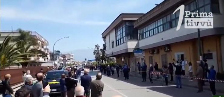 I runner inseguiti dai droni e dagli elicotteri e 200 persone vanno ad un funerale