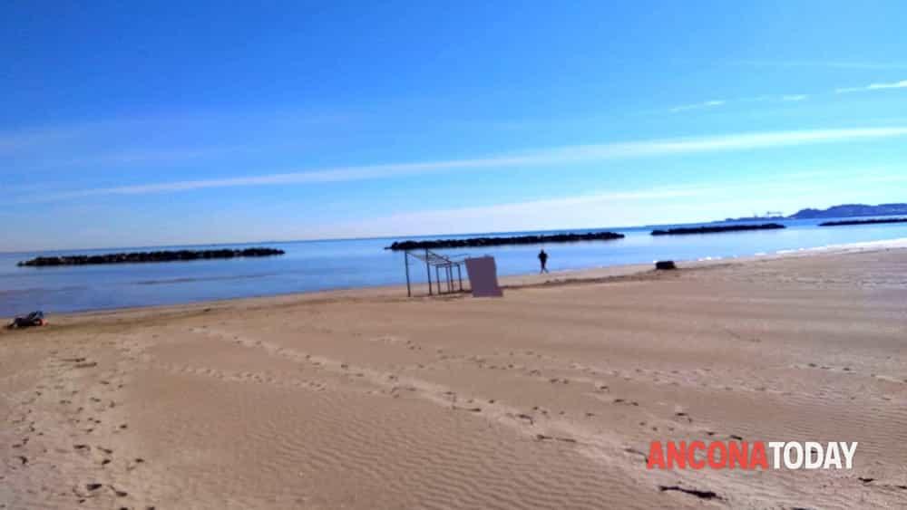 Runner multato di 400 euro perché oltrepassa il checkpoint in spiaggia a Palombina(Ancona)