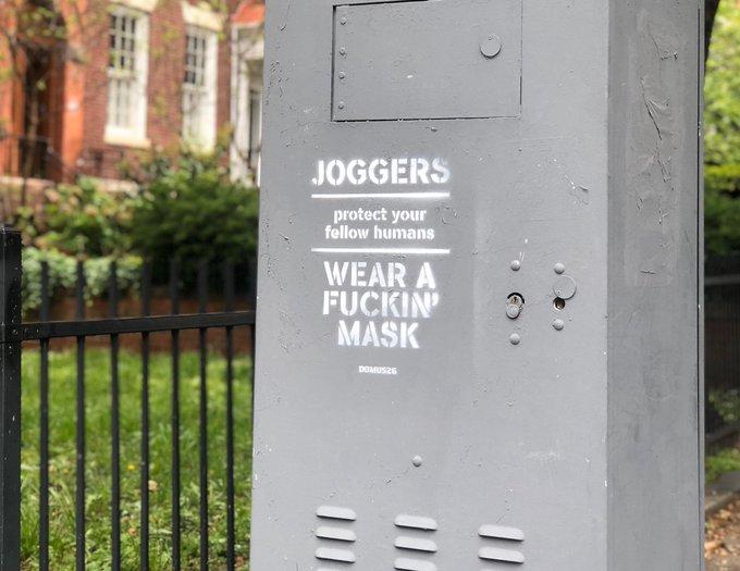 Anche negli Usa spuntano cartelli offensivi  contro i runner che corrono senza mascherina