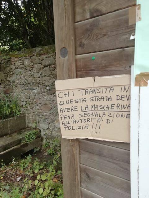 """In toscana cartello per chi passeggia: """"Mascherina indosso o vi segnaliamo"""""""
