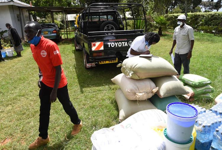 Il campione della maratona di Boston, distribuisce cibo alla casa dei bambini di Eldoret durante la crisi del covid-19