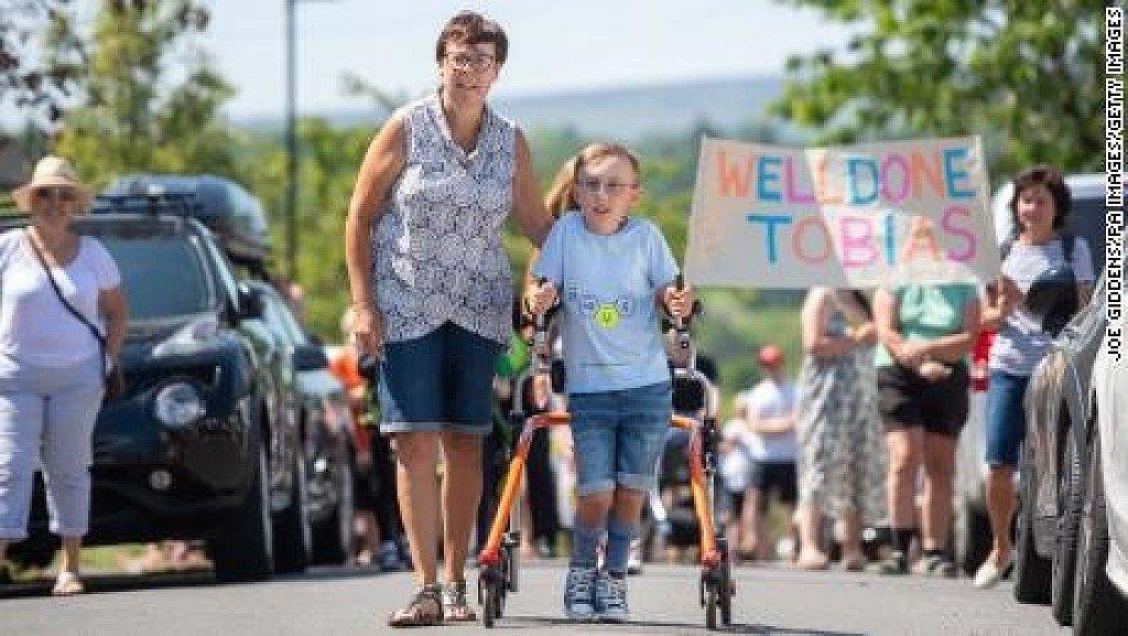 Bambino di 9 anni con paralisi cerebrale, completa una maratona con un deambulatore