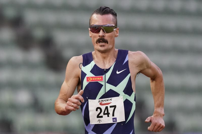 Henrik Ingebrigtsen batte Moen e vince i 5000 metri a Oslo con la miglior prestazione mondiale-il video