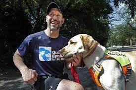 I cani guida con la pandemia del coronavirus aiutano i corridori non vedenti a rimanere in forma