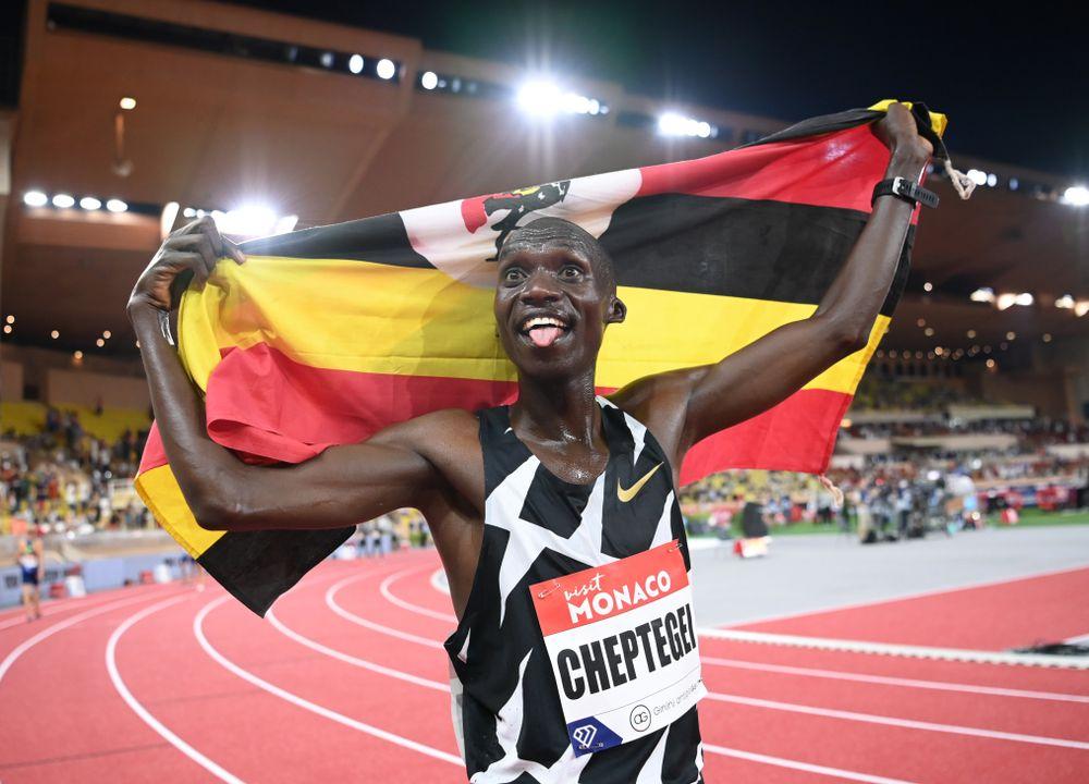 Strepitoso record del mondo nei 5000 metri di Joshua Cheptegei, cancellato Bekele