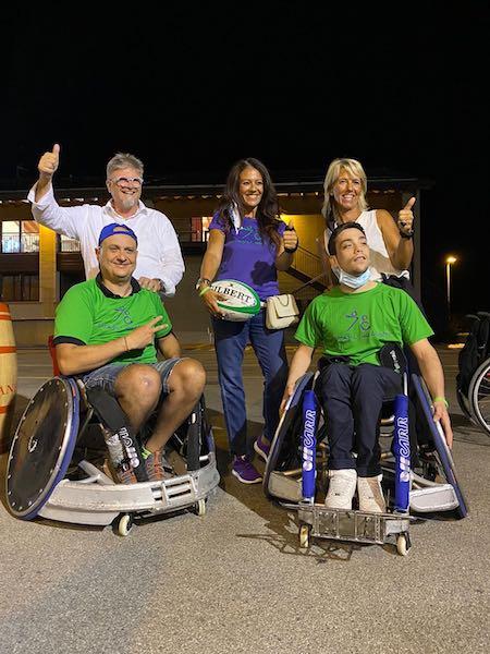 Giusy Versace dona due sedie sportive da rugby alla squadra di Vicenza 4 Cats