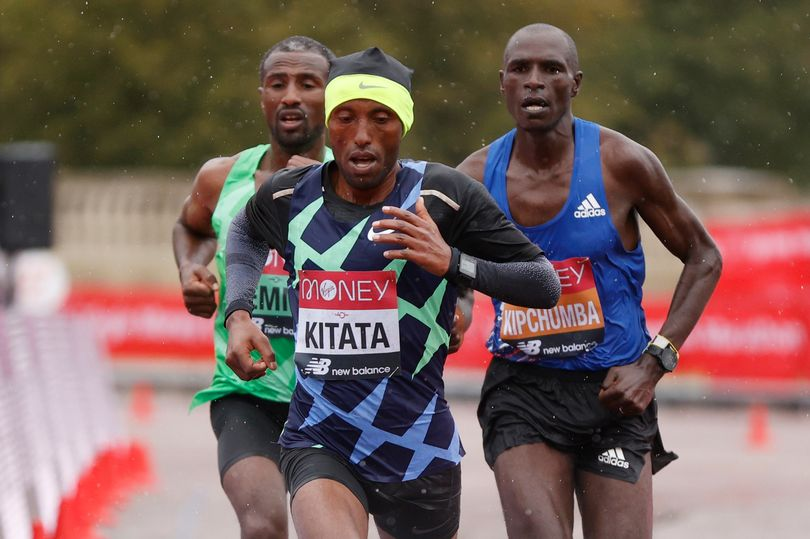 Shura Kitata stordisce Eliud Kipchoge (8°) e vince la Maratona di Londra 2020