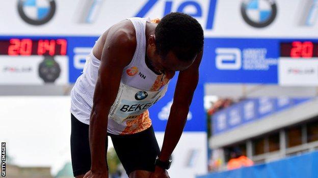 Kenenisa Bekele si ritira dalla maratona di Londra, salta la sfida con Kipchoge