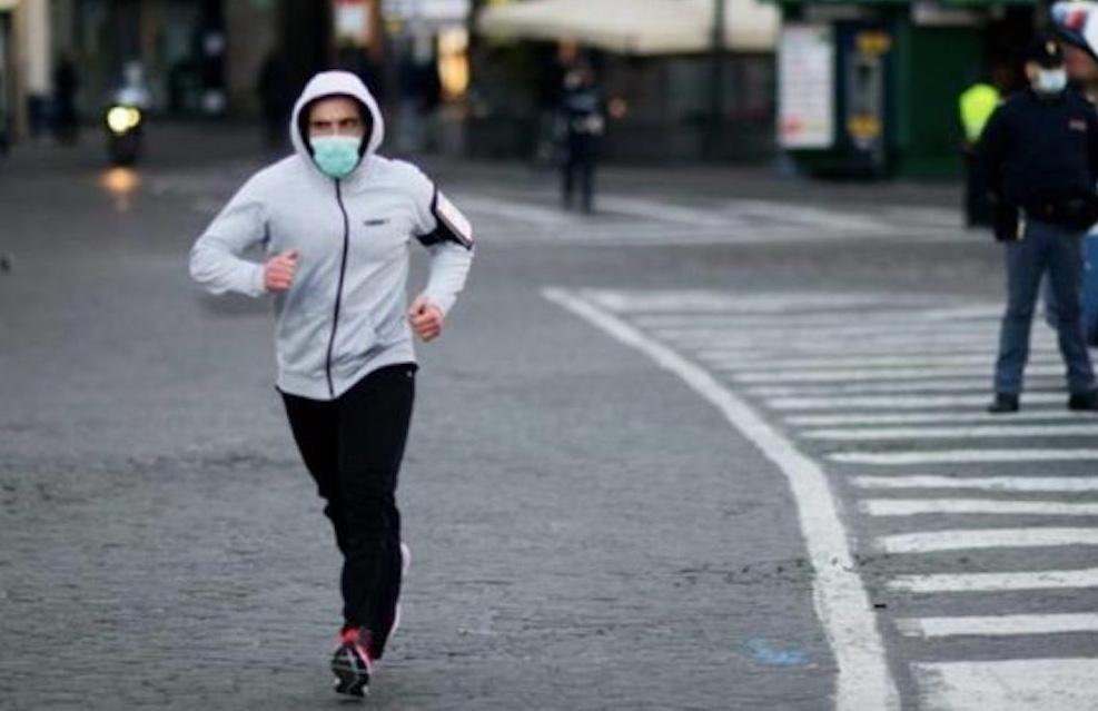 Coronavirus, ritorna  la mascherina obbligatoria per chi fa attività motoria ma sembra di no per chi corre