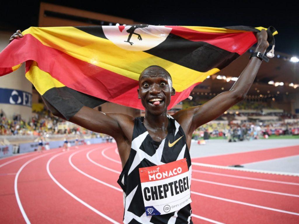 Joshua Cheptegei batte il record mondiale di 10.000 metri