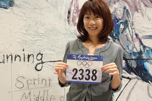 L'ex campionessa della maratona olimpica giapponese Takahashi dona il suo pettorale di Sydney 2000