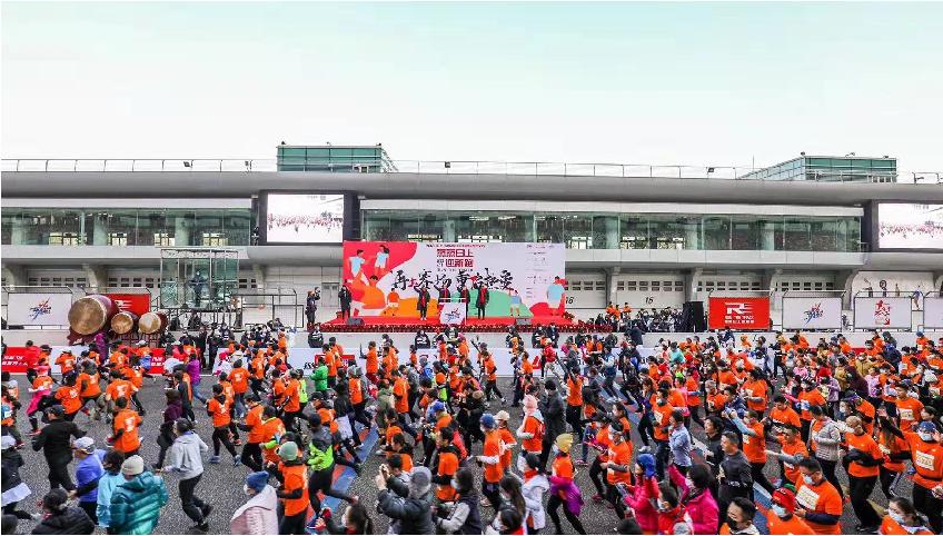 6.000 runner a Shanghai danno il benvenuto al 2021 con la mezza maratona