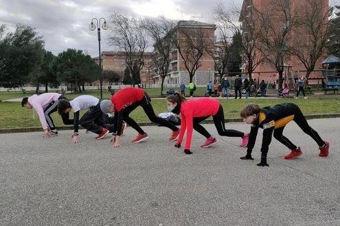 """A Valenza ragazzi costretti ad allenarsi in strada: """"Ora dateci una pista di atletica"""""""