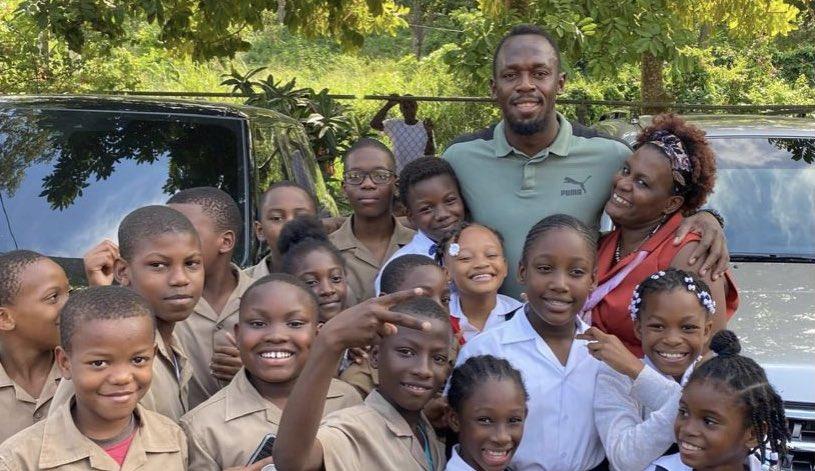 Usain Bolt dona 150 laptop alle scuole nella Giamaica rurale