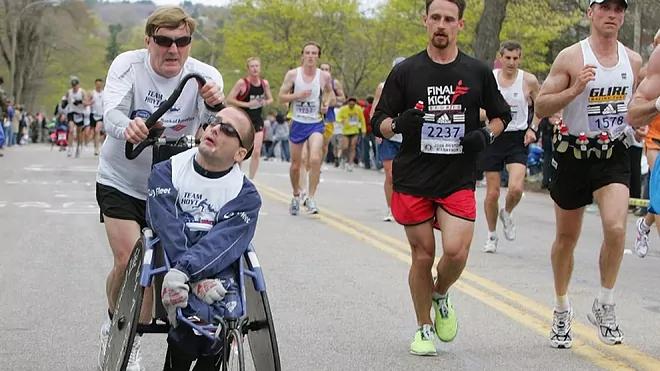 Muore Dick Hoyt, maratoneta che ha corso per 30 anni spingendo il figlio tetraplegico
