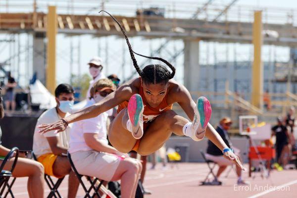 Tara Davis vola a m. 7,14 per stabilire il record di salto in lungo NCAA nel Texas Relays