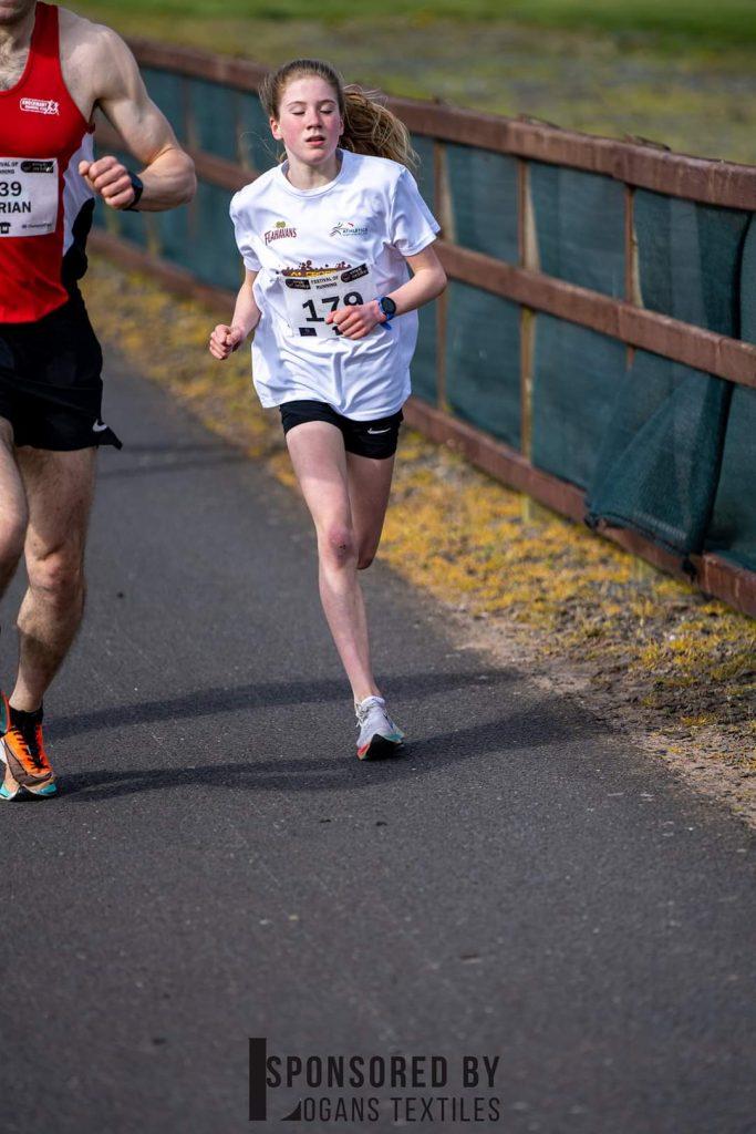 La dodicenne Emer McKee stabilisce il nuovo record mondiale (della sua età) nei 5 km correndo in 16:40