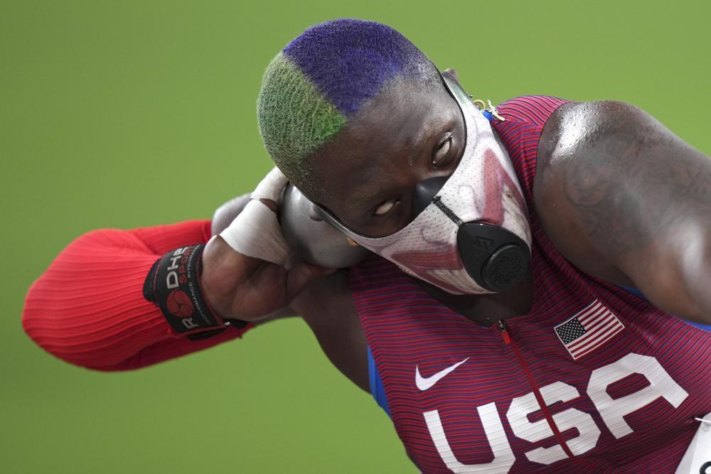 Olimpiadi Tokyo: lanciatrice di peso statunitense mascherata scambia l'atletica per il Wrestling?