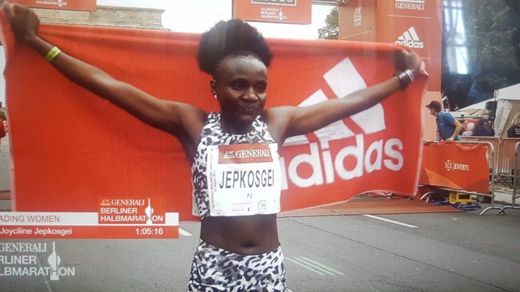 Risultati Mezza di Berlino: Kenya piglia tutto! Vincono Felix Kipkoech (58:57) e Joyciline Jepkosgei col record della corsa