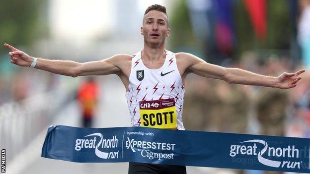 Great North Run: vincono il britannico Marc Scott e la keniana Hellen Obiri