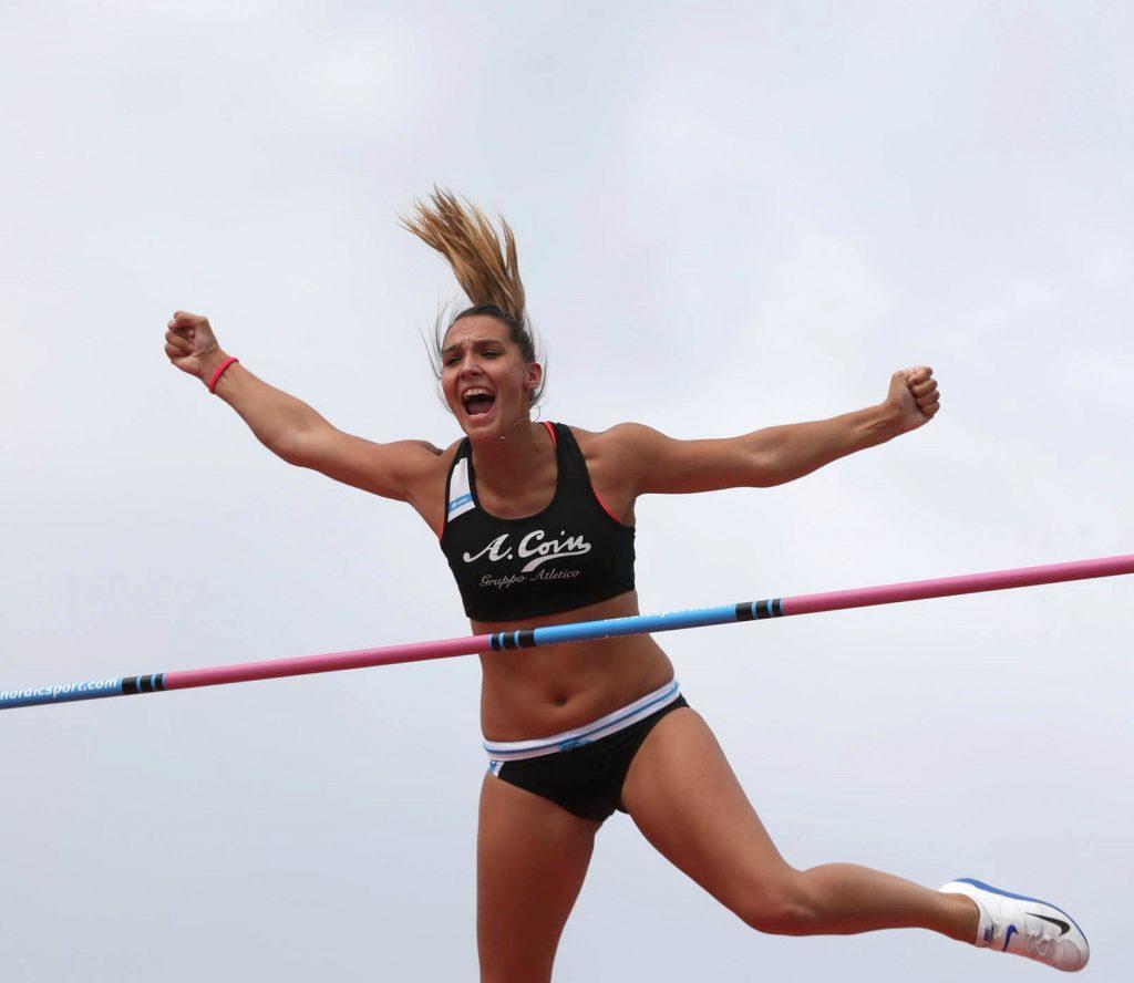 Elisa Molinarolo vince il salto con l'asta in Piazza a Chiari