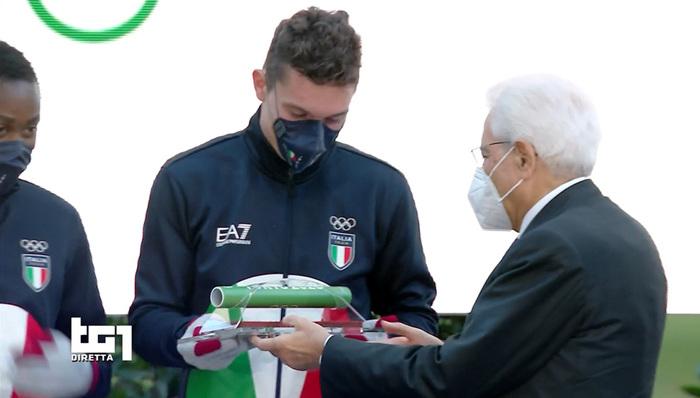 Filippo Tortu consegna il testimone dell'oro olimpico a Mattarella