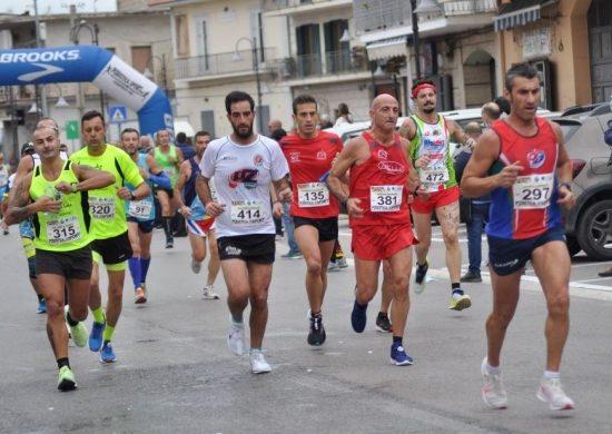 VIII Albanova Running: a Caserta i podisti si sfidano sui 10 chilometri, la gara per le vie del centro è vinta da Zouioula e Maniaci