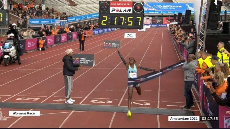 Tamirat Tola e Angela Tanui battono i record della maratona di Amsterdam